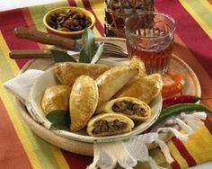 Empanadas (Gefüllte Teigtaschen ) Rezept: Stück,Milch,Salz,Butterschmalz,Mehl,Backpulver,Zwiebeln,Paprikaschote,Knoblauchzehen,Öl,Rosinen,Hackfleisch,Edelsüß-Paprika,Kreuzkümmel,Cayennepfeffer,Zitrone,Eigelb,Frischhaltefolie