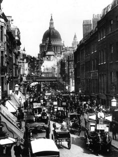 Victorian London was the world's biggest city. This is Fleet Street in Horses had not yet been replaced by cars. BBC - Primary History - Victorian Britain - An introduction Victorian London, Vintage London, Old London, Victorian Life, London 1800, 19th Century London, 19th Century England, Victorian Street, Victorian Buildings