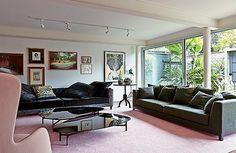 Sala de estar | Coberta pelo tapete rosa antigo, da Avanti Tapetes, a área tem sofás da Decameron, com almofadas da Conceito Firma Casa e da Micasa. Mesas de centro Domitila, do Estudiobola. No canto esquerdo, poltrona RO, design de Jaime Hayon para a Fr (Foto: Victor Affaro)