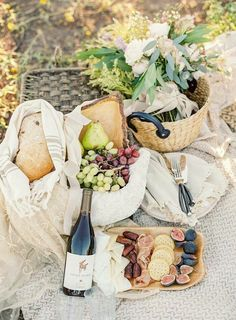 Picnic season is here! Whether you're headed to a sunny beach, shady forest or simply your local park, we have a selection of tips and ideas to make your picnic the best yet… Picnic Date, Beach Picnic, Summer Picnic, Picnic Dinner, Spring Summer, Plateau Charcuterie, Brunch, Romantic Picnics, Romantic Dinners