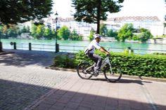 Velofahrer an einem sommerlichen Tag auf der Rheinpromenade im Kanton Basel-Stadt.