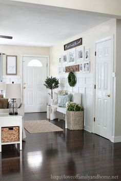 Creating an inviting cottage, farmhouse entryway in a living room by changing the existing layout & rearranging the furniture. Cottage Farmhouse, Farmhouse Chic, Cottage Entryway, Entryway Wall Decor, Entryway Bench, Living Room Carpet, Home Living Room, Fixer Upper Living Room, French Country Living Room