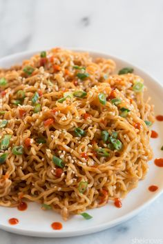 Turn packaged ramen into a drool-worthy dish with this Sriracha sesame noodle recipe - Rezepte - Top Ramen Recipes, Asian Recipes, Vegetarian Recipes, Cooking Recipes, Recipes With Ramen Noodles, Spicy Ramen Noodles, Vegetarian Ramen, Asian Noodle Recipes, Garlic Noodles