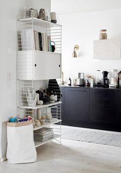 Viime kesänä rakensimme meille aamiaskaapin. Kaappi kätkee sisälleen keittiössä tarvittavaa elktroniikkaa sekä kierrätylaatikot....