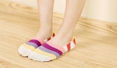Usare le scarpe in casa è un'abitudine dannosa che potrebbe mettere a serio rischio la nostra salute e quella delle persone che ci circondano. Ecco 8 buoni