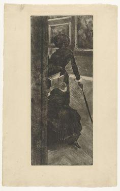 Edgar Degas | Mary Cassatt kijkt naar schilderijen in het Louvre, Edgar Degas, 1879 - 1880 | Twee vrouwen als bezoekers in een museumzaal met schilderijen van het Louvre in Parijs. De staande elegante vrouwenfiguur met de hoed en paraplu, op de rug gezien, kan geïdentificeerd worden als Mary Cassatt. De zittende vrouw raadpleegt een boekje en kijkt naar de schilderijen. Opvallend is de uitsnede van de voorstelling met links een deel van de deurpost in beeld, alsof de beschouwer om de hoek de…