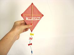 ··   estas son las felicitaciones especiales que he preparado para San Valentín, son unas cometas retro  que llevan una cinta bordada ...