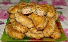 Слоеные пирожки с лососем, картошкой и укропом