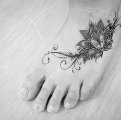 Elegant Foot Tattoo Designs For Women. Foot is a perfect and one of the most stylish placements to have tattoo designs for both men and women of all ages. Best Tattoos For Women, Tattoo Designs For Women, Trendy Tattoos, New Tattoos, Girly Tattoos, Floral Foot Tattoo, Feather Tattoo Foot, Lotus Tattoo Foot, Tattoo Flowers