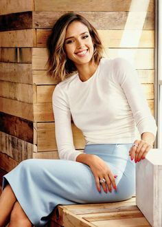 Alba's 9 Easy Tips For Finding Balance Every Day Jessica Alba offers insight on health and balance.Jessica Alba offers insight on health and balance. Jessica Alba Style, Cabelo Jessica Alba, Jessica Alba Short Hair, Jessica Alba Lob, Jessica Alba Hairstyles, Jessica Alba Fashion, Jessica Alba Makeup, Jessica Alba Outfit, Jessica Alba Casual