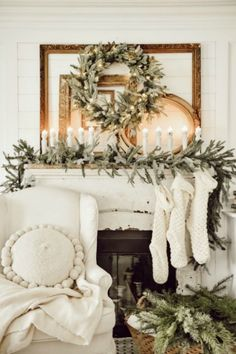 Rustic Christmas Decor Ideas that Brings Back The Traditional Festive Vibe In Your Home - Home Decoration Ideas Christmas Fireplace, Farmhouse Christmas Decor, Christmas Mantels, Christmas Door, Cozy Christmas, Rustic Christmas, Christmas Decorations, Christmas Ideas, Vintage Christmas