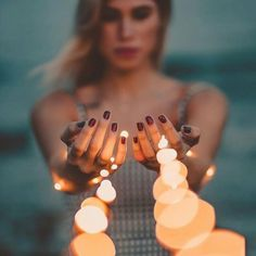 30 Sparkling Ideas To Use String Lights For Your Portrait - Feminine Buzz Fairy Light Photography, Bokeh Photography, Tumblr Photography, Creative Photography, Amazing Photography, Photography Ideas, Concept Photography, Portrait Photography Poses, Photo Portrait