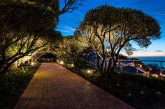 Moondance Villa, South Africa, Cape Town, 4 bedrooms, 8 people, private pool #casalio #casaliovillas #villamoondance #moondancevilla #southafricavilla #villainsouthafrica #capetownvillas #villamoondancecapetown #capetownvilla #moondancevillacapetown #sudafrikavilla #luxuryvillas #luxurytravel #ferienvilla #luxusvillen #luxuryvillas Tree Lighting, Outdoor Lighting, Villas In Europe, Terraced Landscaping, Landscape Lighting Design, Lava Flow, Open Field, Vacation Rentals, Private Pool