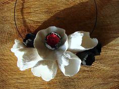 Eco jewelry Gioielli di carta.  Statement necklace, bib necklace di Alessandra Fabre Repetto. Collane-carta