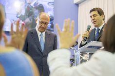 """Era para ser apenas a inauguração de um viaduto em Campo Limpo Paulista. Mas professores chegaram na cerimônia portando cartazes com """"Ackmin inimigo da educação"""", """"Não ao fechamento de escolas"""", """"Não à reorganização na rede de ensino"""". Vaiaram em alto e bom som o governador que não demonstrou o menor desconforto com a situação. Muito pelo contrário, ao discursar Geraldo Alckmin apelou para uma de suas ferramentas preferidas: """"Queria dizer que, antes de ser político, prezo de ser cristão…"""