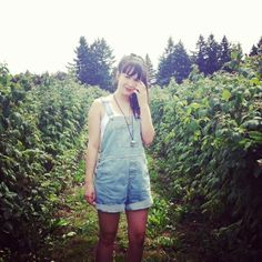 The Stylish Wanderer wears American Apparel overalls for a perfect berry picking outfit.