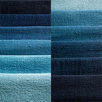 藍染めというと、濃紺のようなイメージがありますが、阿波藍の代表的な色の呼び名をご紹介いたします。 止紺(とめこん)、褐色(かちいろ)、群青色(ぐんじょういろ)、熨斗目(のしめ)、 瑠璃色(るりいろ)、紺青色(こんじょういろ)、藍色(あいいろ)、露草色(つゆくさいろ) 縹色(はなだいろ)、納戸(なんど)、浅葱(あさぎ)、空色(そらいろ)、 水色(みずいろ)甕覗き(かめのぞき)  かめのぞきとは藍が発酵を終えて死ぬ間際に発色される事のある水色でその色を出すのはなかなか難しい