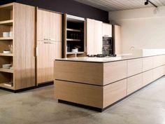 Hoe deel je je keuken zo praktisch mogelijk in? Foto: www.deaplus.be (keukeneiland • hout • opbergkasten)