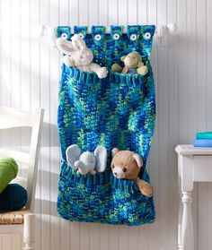 Cute Crochet Patterns Toy Pocket Wall Hanging - Looking for some unique ways to organize your home? Try out these free crochet patterns for storage to keep things organized and easy to locate. Crochet Gratis, Cute Crochet, Crochet For Kids, Crochet Yarn, Yarn Projects, Crochet Projects, Crochet Organizer, Crochet Baby Mobiles, Crochet Mignon
