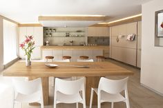 Contemporary Bulthaup kitchen in Barcelona with white STUA Laclasica chairs. Project by Greek Barcelona LACLASICA: www.stua.com/eng/coleccion/laclasica.html