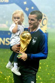 Antoine Griezmann avec la Coupe du monde dans une main et sa fille Mia dans l'autre Antoine Griezmann, Gareth Bale, Cristiano Ronaldo, Giroud, France Team, Russia World Cup, Soccer Players, Soccer Teams, Fifa World Cup