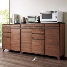 前板に柔らかな木目が特徴のアルダー材を使用した、穏やかで落ち着いた佇まいが魅力。限られたキッチンスペースにも置きやすいコンパクトサイズでも、調理家電がまとめて収納できる実力派。コンセントやスライドテーブルなど機能も充実しています。