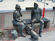 """Aurich, Niedersachsen, Skulpturengruppe """"Oma und Opa"""" vor dem Historischen Museum in der Fußgängerzone"""