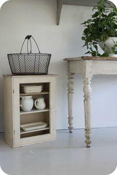 Antikt skåp ~ Antique cupboard
