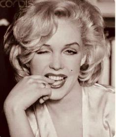 uploaded by Bianca Kronberg Arte Marilyn Monroe, Marilyn Monroe Artwork, Marilyn Monroe Quotes, Divas, Mae West, Idole, Glamour, Pin Up, Hollywood Icons