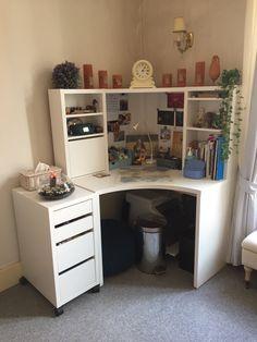 A nice little corner desk from Ikea. Ikea Corner Desk, Corner Workstation, Bedroom Corner, Bedroom Desk, Study Room Decor, Room Setup, Micke Desk Ikea, Desk Ideas, Room Ideas