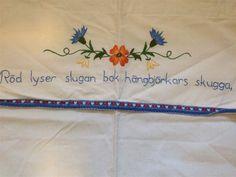 Handbroderad Paradhandduk med text på Tradera.com - Kökstextilier | Napkins, Tableware, Dinnerware, Towels, Dinner Napkins, Dishes, Serveware