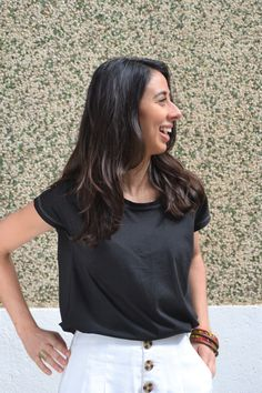 Camiseta en algodón orgánico diseñada y fabricada en Barcelona, algodón turco con certificación GOTS. Corte femenino y casual. Organic Cotton T Shirts, Barcelona, V Neck, T Shirts For Women, Tops, Fashion, Cotton T Shirts, Short Skirts, Girly