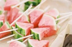 Wassermelone als Fingerfood zur Gartenparty. Oder ab in den Cocktail;-) *** Watermelon fingerfood or simply cocktail time;-) party food appetizers Tips for Beating the Heat at a Summer Wedding Soirée Bbq, Summer Barbecue, Barbecue Garden, Summer Pool Party, Summer Parties, Summer Food, Summer Treats, Summer Party Foods, Summer Picnic