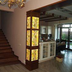 Как выглядят витражи в интерьере квартиры и дома? Смотрите фото витражей в современном интерьере.