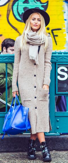 Janni Deler is wearing a creme Gina Tricot oversized cardigan