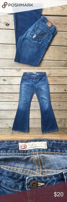 "Buckle Distressed Jeans✨ Distressed jeans in excellent used condition! Flare/boot cut. Inseam approx 30.5"". Waist 16"" in the front. Size 29 (7/8). Offers are welcome. ☺️ Buckle Jeans Boot Cut"