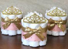 Centro de mesa con pañales para baby shower princesa - http://manualidadesparababyshower.net/centro-de-mesa-con-panales-para-baby-shower-princesa/