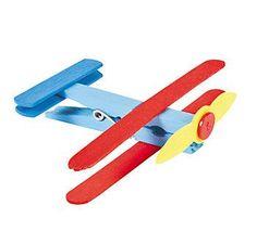 Oi mamães...     Hoje vamos aprender mais uma dica para fazer brinquedos reciclados...   Que tal fazermos aviões usando reciclagem de pre...