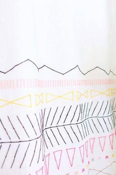 27 projetos que você mesmo pode fazer para dar uma animada em sua casa Cool Shower Curtains, Custom Shower Curtains, Diy Curtains, Rental Decorating, Decorating Tips, Diys, Textiles, Diy Art, Diy Clothes
