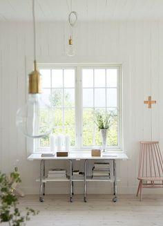 Pared y techo panelados con listones anchos, estilo nórdico.