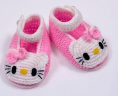 Crochet Hello Kitty Booties would be nice handmade gifts. Making baby gifts with your own hands is the sweetest way to show your love. Crochet Hello Kitty baby shoes - what more does a baby girl need? Everyone loves a good crochet baby booties pattern and Crochet Baby Sandals, Crochet Baby Shoes, Crochet Baby Booties, Crochet Slippers, Cute Crochet, Kids Crochet, Hello Kitty Shoes, Hello Kitty Baby, Baby Knitting Patterns