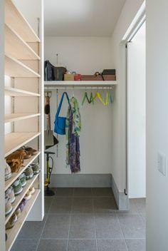 #ルポハウス #設計事務所 #工務店 #設計士 #注文住宅 #デザイン住宅 #自由設計 #マイホーム #お家 #新築 #家づくり #間取り #施工事例 #滋賀 #おしゃれな家 #インテリア #カフェスタイル #玄関 #シューズクローク Master Closet, Walk In Closet, Utility Room Storage, Shoe Room, Modular Shelving, Small Space Living, Closet Organization, House Rooms, Mudroom