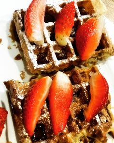 Pieces of Belgian waffles with strawberries, chocolate and icing sugar. Belgian Waffles, Brussels, Strawberries, Supreme, Icing, Biscuits, Sugar, Chocolate, Breakfast
