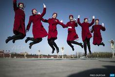 Chine, Beijing & # 160 ;: Hôtesses sautent sur la place Tiananmen pendant la séance d'ouverture du Peuple chinois & # 8217; s la Conférence consultative politique (CCPPC) au Grand Palais du Peuple à Beijing le 3 Mars, 2015. Des milliers de délégués de partout la Chine et les dirigeants chinois se réuniront pour ses réunions annuelles de la législature de 3 Mars à Beijing.  AFP PHOTO / FRED DUFOUR