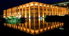 Fachada iluminada do Palácio Itamaraty, sede do Ministério da Relações Exteriores projetada por Niemeyer