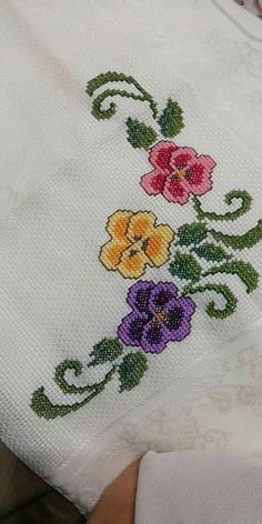 Crewel Embroidery, Cross Stitch Embroidery, Cross Stitch Patterns, Crochet Bedspread, Cross Stitch Flowers, Filet Crochet, Diy And Crafts, Tapestry, Floral