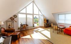 Der perfekte Raumschnitt und der offene Giebel versprechen Ihnen in dieser Dachgeschosswohnung ein luftig-leichtes Wohngefühl. Divider, Room, Furniture, Home Decor, Real Estates, Homes, Haus, Room Decor, Rooms