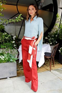 You are looking for cool business fashion? Take an example of Victoria Beckham - Business look: Victoria Beckham dares to try the unusual color combination of light blue and tomato - Mode Victoria Beckham, Victoria Beckham Outfits, Victoria Beckham Fashion, Business Fashion, Business Mode, Street Looks, Street Style, Vic Beckham, Viktoria Beckham