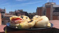 How to Make Venezuelan Arepas and Fillings, Traditional Recipe Venezuelan Food, Latin Food, Popular Recipes, Food Truck, Food For Thought, Hot Dog Buns, Sushi, Gluten Free, Bread