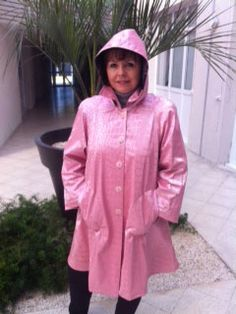 Pink raincoat with a hood and 2 pockets in the front